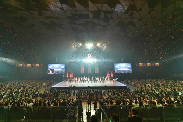 ParaFes 2018の画像。中央のステージで20人ほどがスポットライトを浴びながら立つ。その周りを多くの観客が囲んでいる。