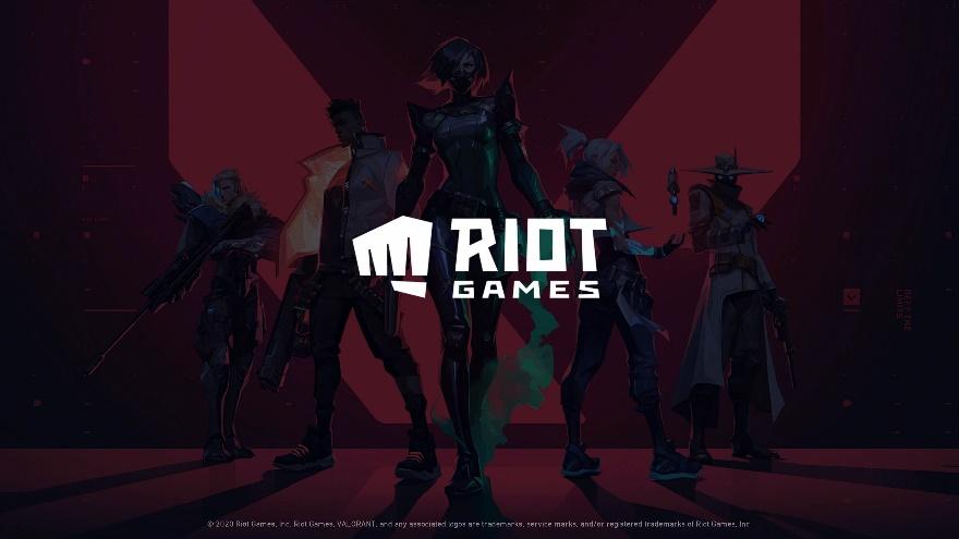 VALORANTのキービジュアル ゲーム内で活躍するエージェントたちが暗闇に立っているイラスト。中央には運営元のライアットゲームズのロゴ。