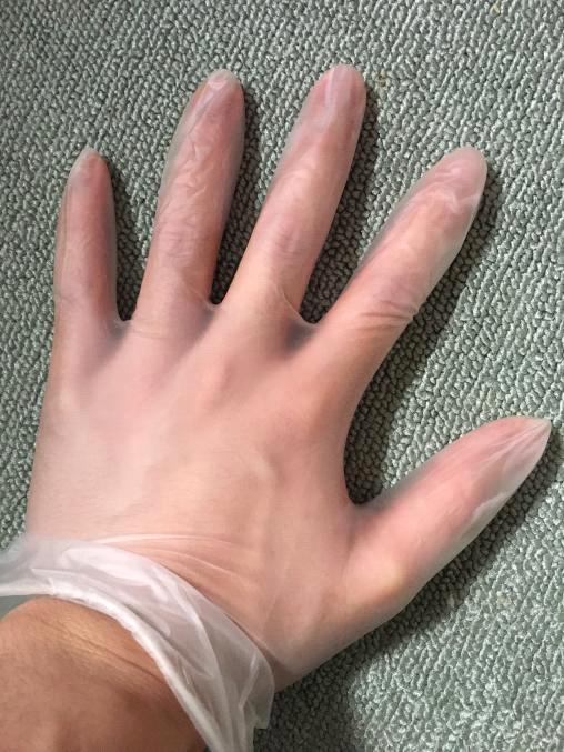 プラスチック製の透明な手袋をした左手の写真。toraの手掌多汗症対策。コントローラーやマウス、キーボードを操作する時に使用する。