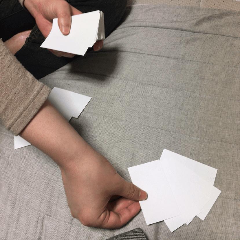 言葉ポーカー、それぞれ2枚ずつ捨てる写真。
