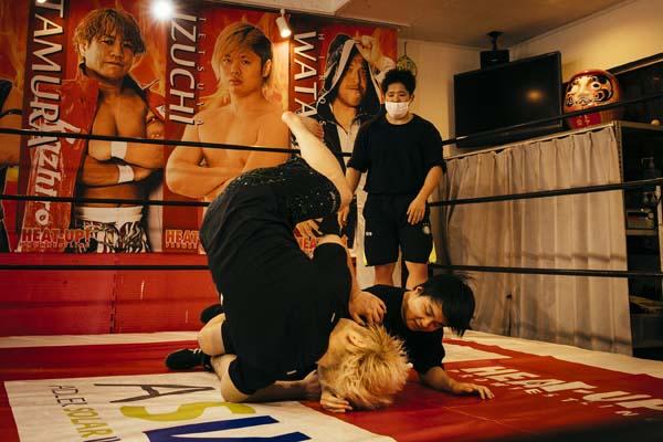 今井礼夢選手が、ヒートアップ道場での練習風景。技をかける、かけられる側を交代しながら進めていく。