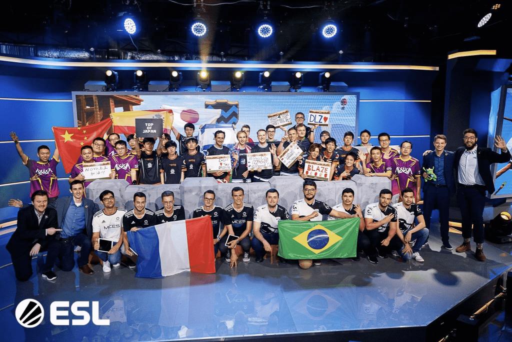 筆者・yuudaiがクラッシュオブクランの世界大会に出場した時の8チームの集合写真。約40名の選手と国旗が並んでいる。
