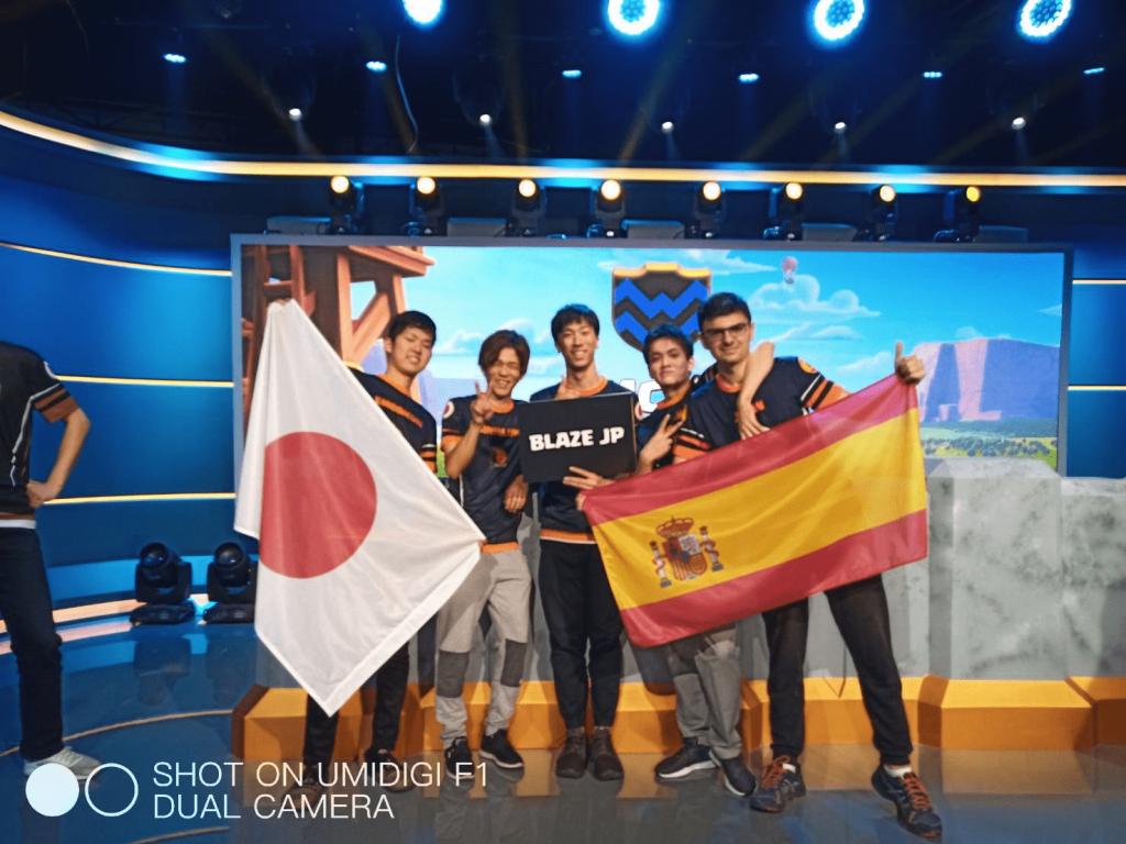 筆者・yuudaiがクラッシュオブクランの世界大会に出場した時のチームメンバーの写真。日本国旗・スペイン国旗と共に5人の選手が並ぶ。