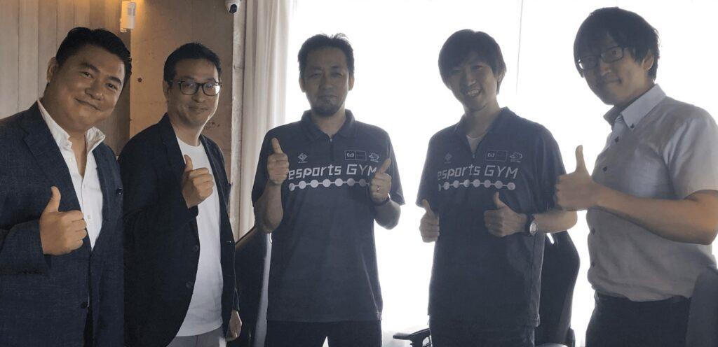 eスポーツジムのインタビュー企画に参加した5名が笑顔で記念撮影に臨んでいる。