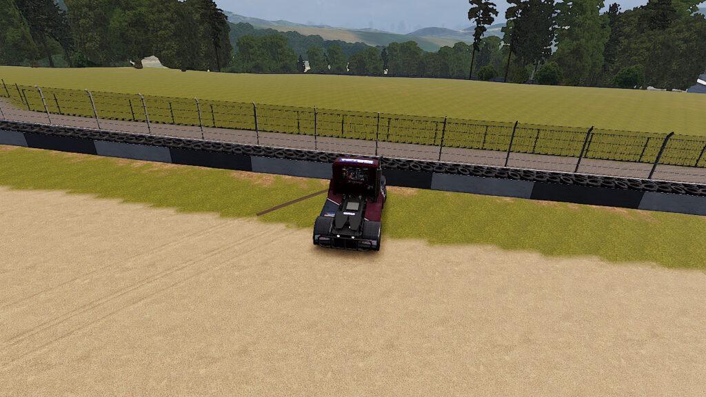 「FIA ヨーロピアン・トラックレーシング・チャンピオンシップ」コーナーで曲がりきれず壁に衝突しているトラックです。