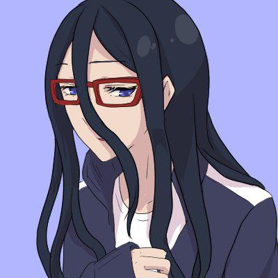 赤縁の眼鏡をかけた髪の長い女性